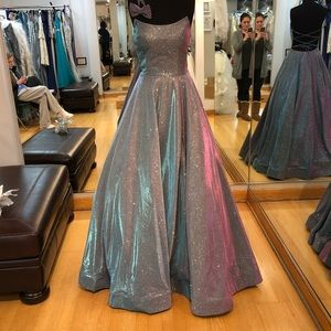 Dresses & Skirts - Beautiful ball gown dress with pockets 💜💜😍🥰💕